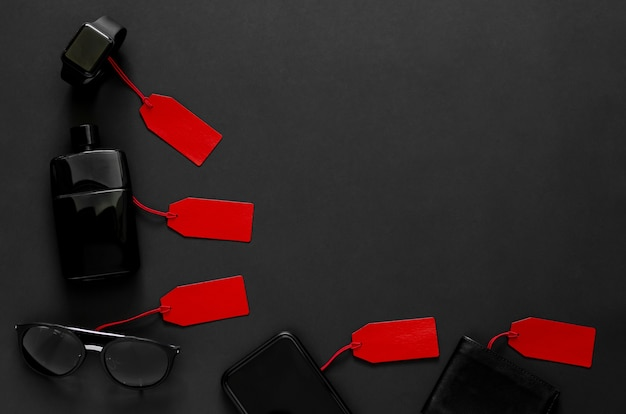 Étiquettes de prix rouges avec de nombreuses marchandises à prix réduit sur le noir.