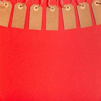 Étiquettes de prix vierges sur fond rouge avec espace de copie