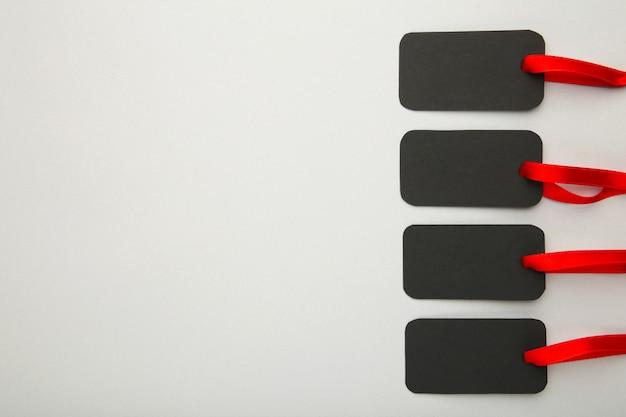 Étiquettes de vente noires sur fond gris. vendredi noir