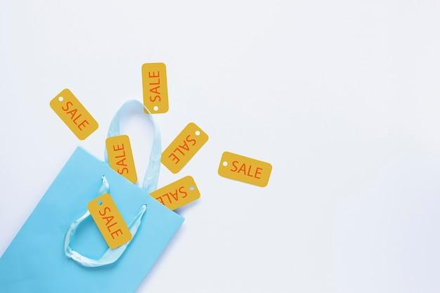 Etiquettes de vente sortant du sac cadeau