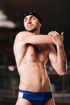 Étirement du nageur mâle