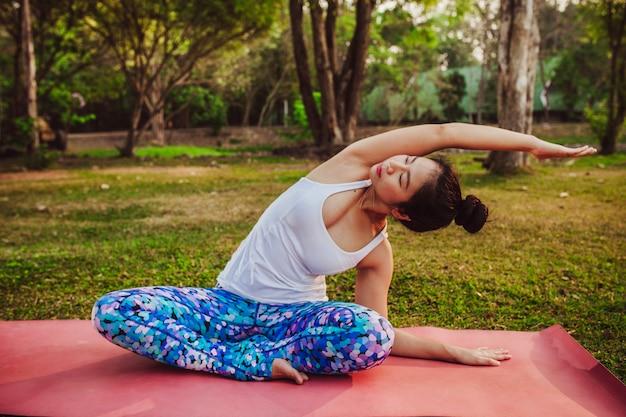 Étirement relaxé à la séance de yoga