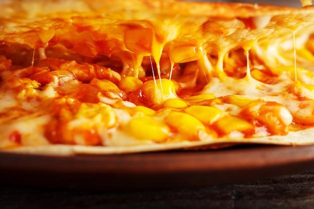 étirer du fromage et remplir des gros plans à l'intérieur de la quesadilla mexicaine