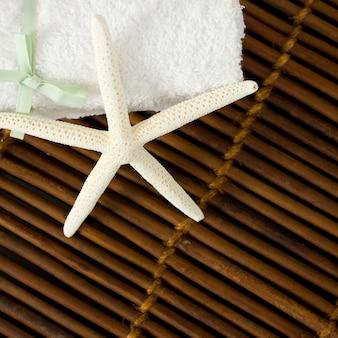 Étoile blanche sur bambou marron - fond de spa