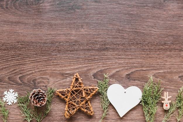 Étoile en bois avec des branches vertes sur la table