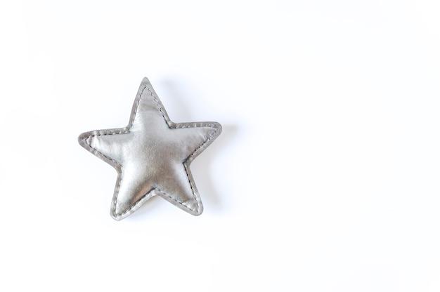Étoile de jouet gris sur fond blanc. élément décoratif