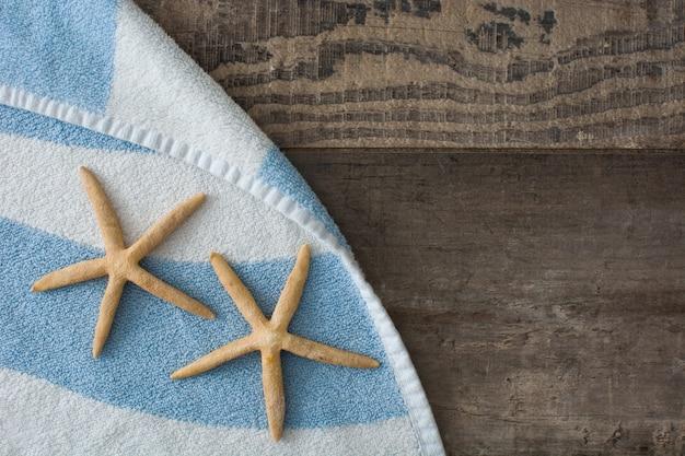 Étoile de mer sur une serviette de plage