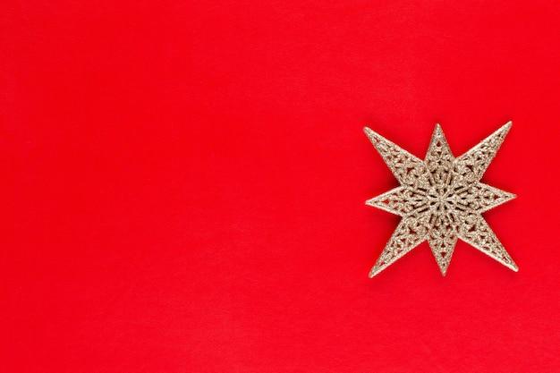 Étoile de noël, décor sur fond de couleur pastel. concept minimal de noël ou du nouvel an.