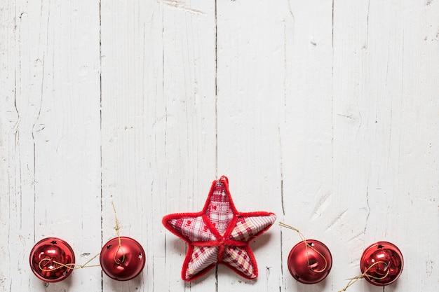 Étoile de noël avec des grelots rouges