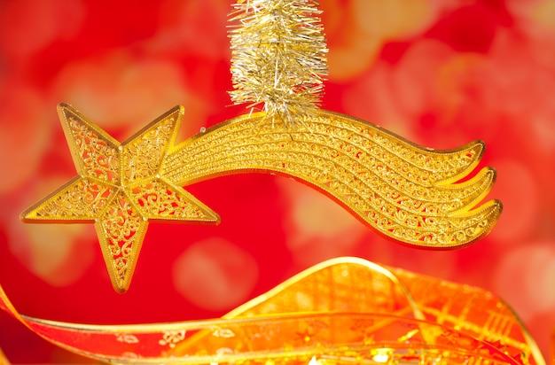 Étoile d'or de bethléem comète de noël sur le rouge