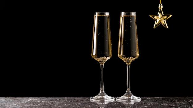 Étoile d'or et deux verres de vin mousseux