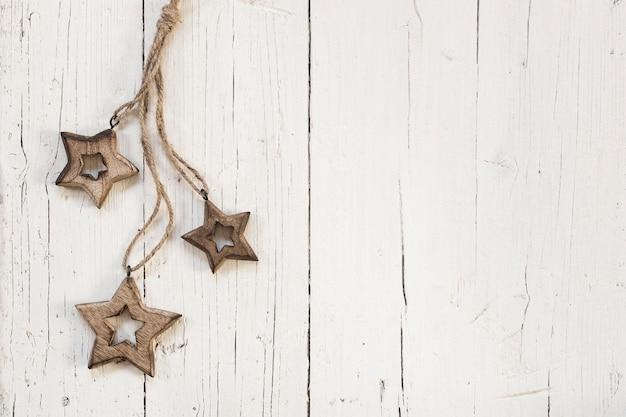 Étoiles en bois avec espace de copie à droite