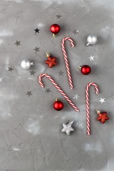 Étoiles de boules rouges et argentées de canne en bonbon de noël. concept de célébration du nouvel an