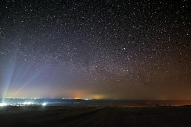 Étoiles brillantes de la voie lactée dans le ciel nocturne au-dessus de la ville