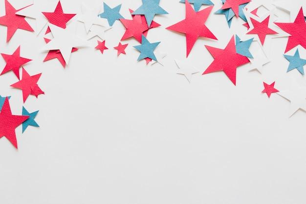 Étoiles colorées sur fond blanc