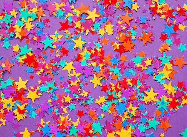 Étoiles confettis sur fond violet