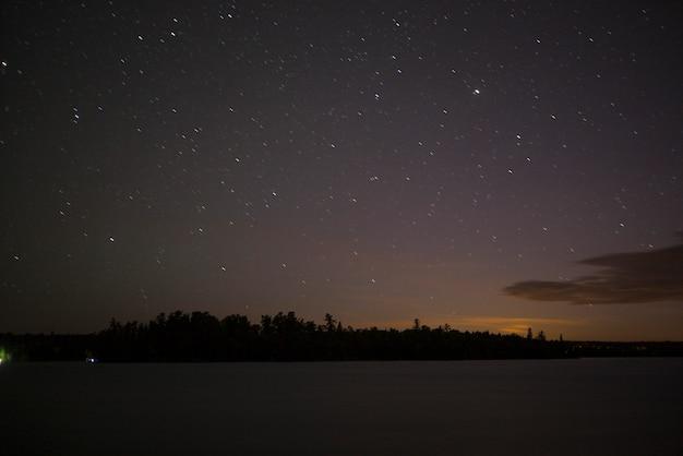 Étoiles dans le ciel au-dessus du lac, lac des bois, ontario, canada