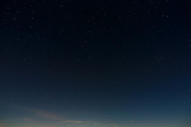 Étoiles dans le ciel nocturne. arrière-plan de l'espace extra-atmosphérique avec la pleine lune photographiée.