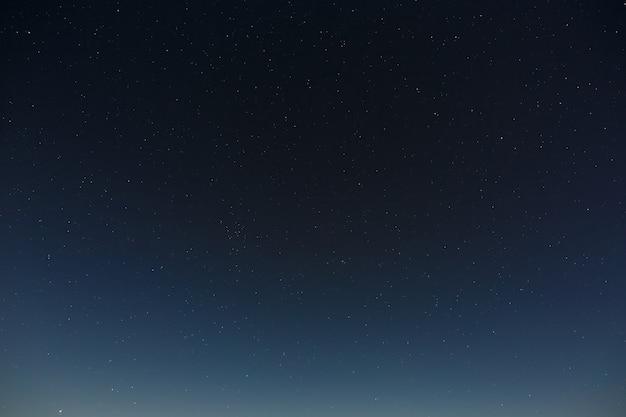 Étoiles dans le ciel nocturne. l'espace extra-atmosphérique avec la pleine lune