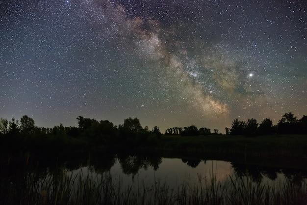 Étoiles dans le ciel la nuit. voie lactée lumineuse sur le lac
