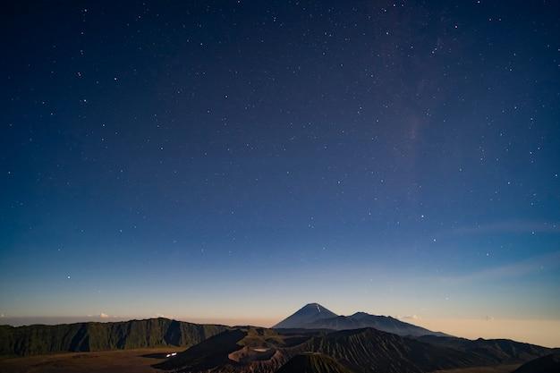 Les étoiles dans la nuit sur le magnifique volcan bromo est au premier plan