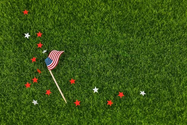 Étoiles et drapeau des états-unis sur l'herbe