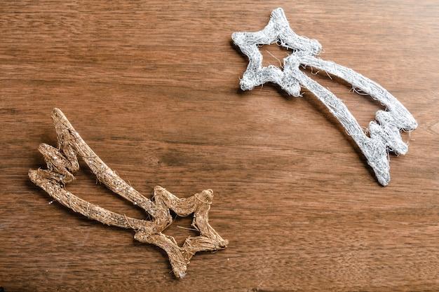 Étoiles filantes de noël sur couleur or et argent, vue de dessus