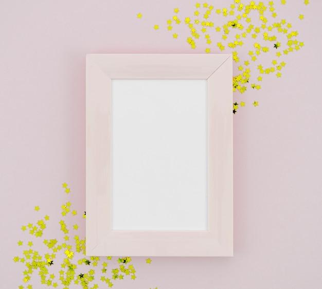 Étoiles jaunes à côté du cadre vide