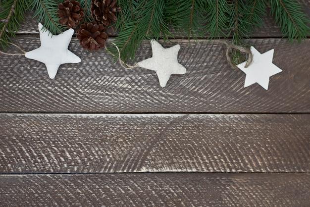 Étoiles à la main sur table en bois