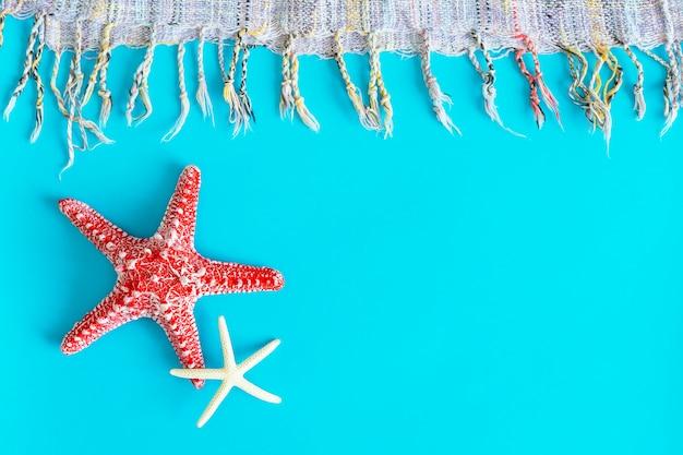 Étoiles de mer sur fond bleu avec un espace libre pour le texte.