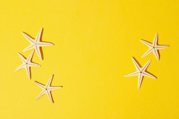 Étoiles de mer sur jaune, espace pour le texte