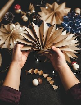 Étoiles de noël en papier décoration de noël écologique travaux d'aiguille faits à la main