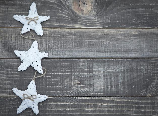 Étoiles de noël sur des planches de bois