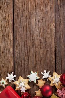 étoiles de noël sur une table en bois
