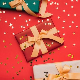 Étoiles d'or sur des cadeaux pour noël
