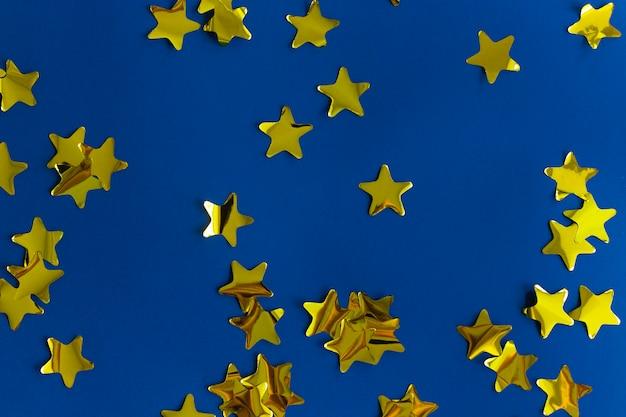 Étoiles d'or sur fond bleu