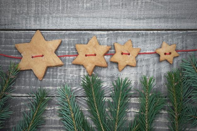 Étoiles en pain d'épice accrochées à la ficelle