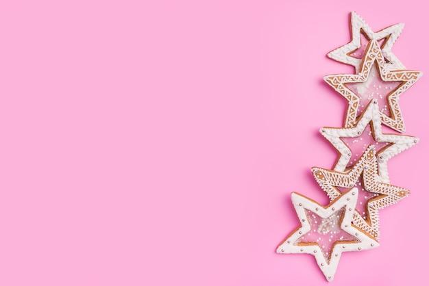 Étoiles de pain d'épice de noël sur fond rose doux.vue de dessus.