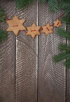 Étoiles en pain d'épice sur la table brune