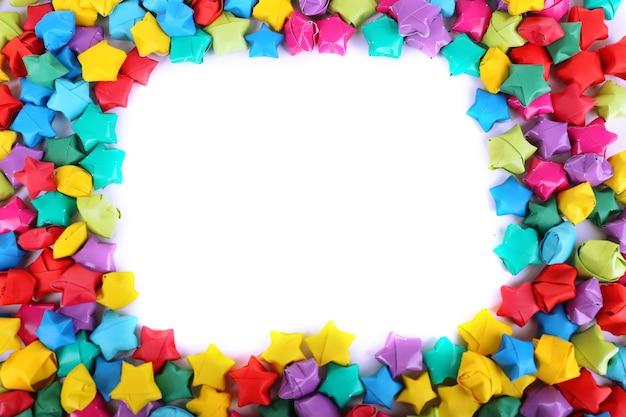 Étoiles de papier avec des rêves sur fond blanc