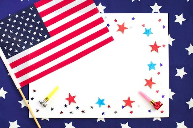 Étoiles de papier rouges et bleues confettis pour usa