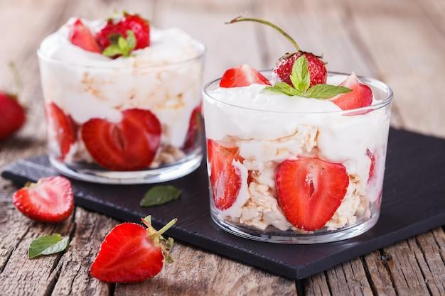 Eton mess - fraises à la crème fouettée et meringue
