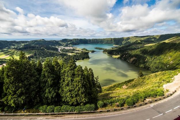 L'étonnant lagon des sept villes lagoa das 7 cidades, à sao miguel aux açores, au portugal. lagoa das sete cidades.