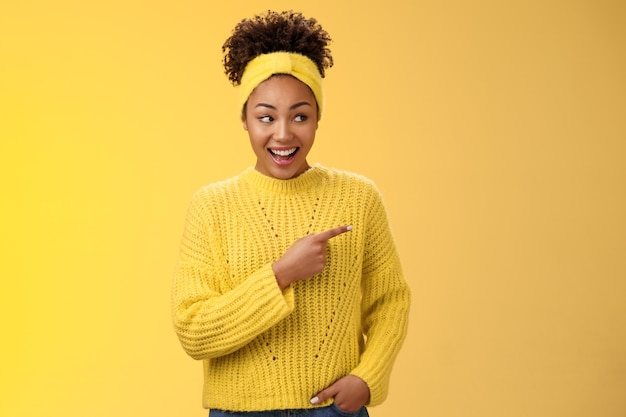 Étonné mignon femme afro-américaine moderne féminine bavardant idiot riant mâchoire tombante riant sur ...