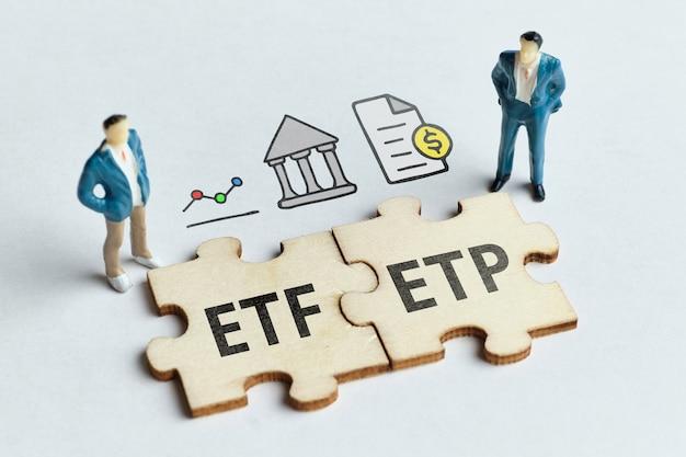 Etp de produits cotés en bourse et etf de fonds cotés en bourse sur un puzzle connecté avec des hommes d'affaires.