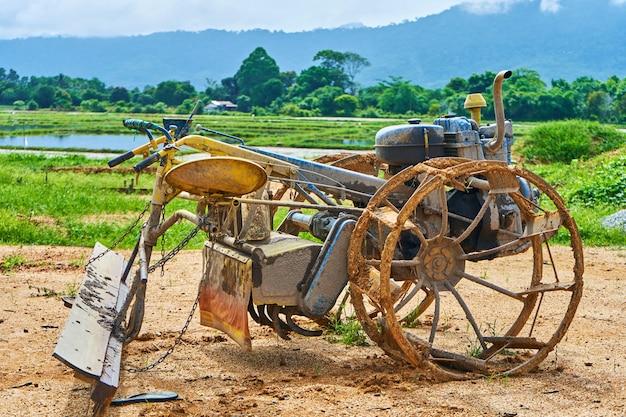 Un étrange outil fait maison pour labourer un champ à partir d'une moto reconstruite