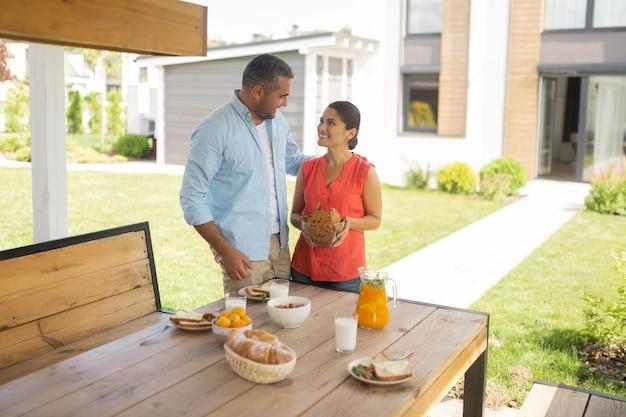 Étreignant la femme attentionnée. aimer le beau mari étreignant sa belle épouse attentionnée avant le petit déjeuner