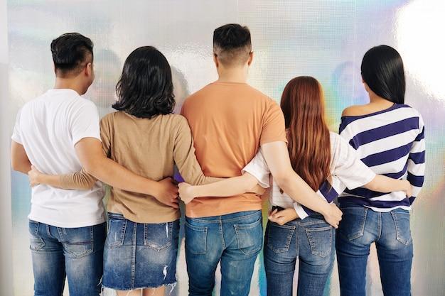 Étreindre les jeunes hommes et femmes