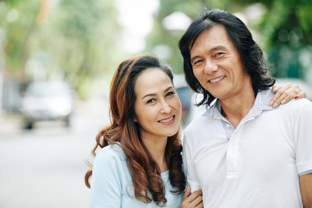 Étreindre mature couple