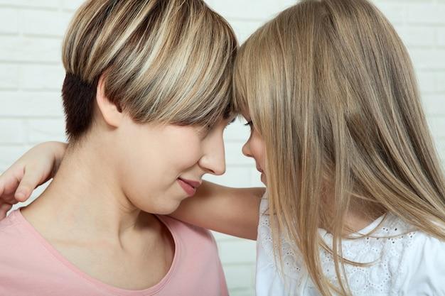 Étreindre mère et fille, fête des mères